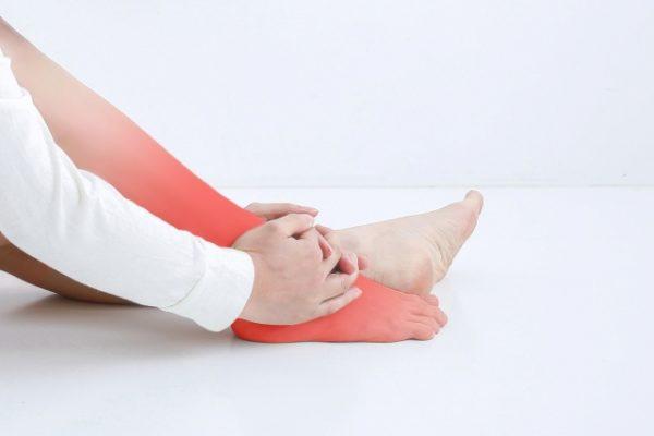 足首の捻挫で足関節(外側靭帯損傷)を痛めたことのある方、痛みが取れたからほっておくと体のバランスが崩れて、将来大変になります。