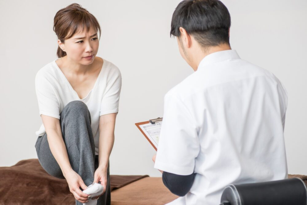 すねの外側から足の甲にかけてのしびれや痛み。腓骨神経麻痺の原因と対策方法。