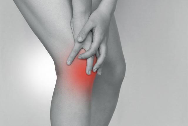 膝の痛みが改善されず強くなっている方。変形性膝関節症かもしれません。