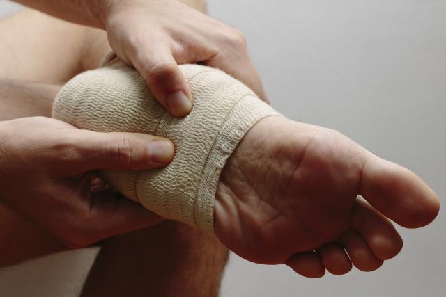足を伸ばしたら踵に痛みが…三角骨障害かもしれません!